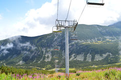 Pente de montagne avec le télésiège Images stock