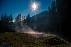 Pente de montagne brumeuse pendant le matin Images libres de droits