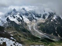 Pente de neige en hautes montagnes Image stock