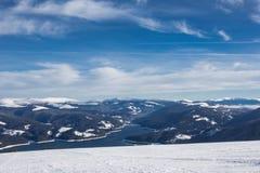 Pente de ski au-dessus du lac Image libre de droits