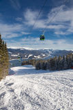 Pente de ski au-dessus du lac Images stock