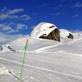Pente de ski dans le jour d'hiver du soleil Images stock