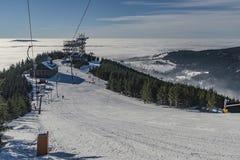Pente de ski dans le village de Dolni Morava Photographie stock