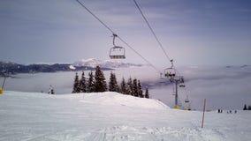 Pente de ski et ascenseur de chaise chez Tarvisio, Italie Image libre de droits