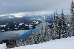 Pente de ski et lac de montagne Photo stock