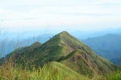 Pente de vallée de montagne et de montagne avec le fond de ciel bleu image stock