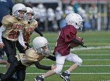 Pente du football 3/4 de la jeunesse images libres de droits