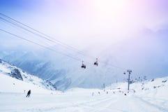 Pente et funiculaire de ski sur la station de sports d'hiver Images stock