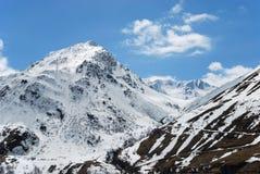 Pente noire et blanche des Alpes de montagnes au printemps Images stock