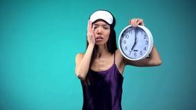 Pente somnolente de femme se r?veiller ? 7 heures, mauvais ?tats de sommeil, rythme biologique photographie stock libre de droits