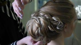 Penteado de fatura mestre para a noiva no salão de beleza Fatura do volume do penteado video estoque