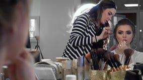 Penteado de fatura mestre para a noiva no salão de beleza Fatura do volume do penteado vídeos de arquivo