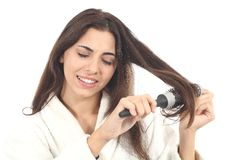Penteado de sofrimento da mulher com o hairbrush fotos de stock royalty free