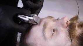 Penteado do ` s dos homens e haircutting em uma barbearia ou em um cabeleireiro filme