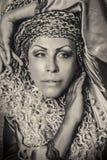 Penteado e beleza enigmáticos das tranças Retrato do ouro e da prata de uma mulher bonita Fotografia de Stock Royalty Free