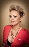 Penteado e composição, retrato fêmea lindo da arte com olhos bonitos elegance Louro natural genuíno com cabelo curto no estúdio Imagem de Stock Royalty Free