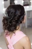 Penteado elegante bonito na menina bonita do cabelo escuro com um ornamento das pedras em seu cabelo, penteado da noite para o we Fotos de Stock Royalty Free