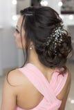 Penteado elegante bonito na menina bonita do cabelo escuro com um ornamento das pedras em seu cabelo, penteado da noite para o we Fotografia de Stock Royalty Free