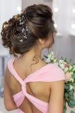 Penteado elegante bonito na menina bonita do cabelo escuro com um ornamento das pedras em seu cabelo, penteado da noite para o we Imagem de Stock