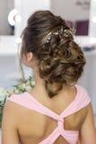 Penteado elegante bonito na menina bonita do cabelo escuro com um ornamento das pedras em seu cabelo, penteado da noite para o we Foto de Stock Royalty Free