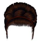 Penteado retro Babette com trança cabelos marrons das mulheres Beleza da forma Imagens de Stock Royalty Free