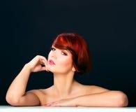 Penteado vermelho do retrato do encanto da mulher do cabelo da beleza Imagem de Stock