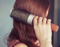 Penteando o cabelo Imagens de Stock