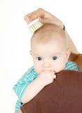 Penteando o cabelo do `s do bebê Fotos de Stock Royalty Free