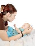 Penteando o cabelo do `s do bebê Fotografia de Stock