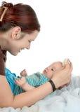 Penteando o cabelo do `s do bebê Fotos de Stock