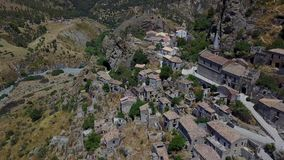 Pentedattilo、被放弃的村庄,登上的Calvario希腊殖民地的教会和废墟小村庄的鸟瞰图,  股票录像
