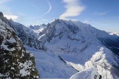 pentes alpines couvertes de neige Blanche de vallée de La photos libres de droits