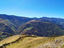 Pentes de montagne avec des rivières entre elles Photos libres de droits
