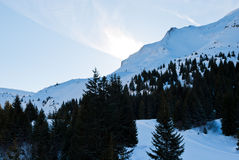 Pentes de montagne de neige dans le skiarea Portes du Soleil Images stock