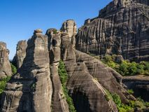 Pentes de roche sédimentaire de Meteora, Grèce photographie stock libre de droits