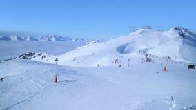 Pentes de ski alpin au-dessus des vallées nuageuses Images stock