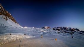 Pentes de ski par nuit photos libres de droits