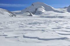 Pentes de ski sur le glacier Photographie stock libre de droits