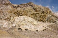 Pentes et conduits à l'intérieur du cratère blanc d'île image stock