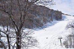 Pentes et skieurs de ski Photo stock