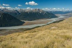Pentes herbeuses au-dessus de rivière de Waimakariri Image stock
