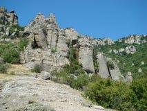 Pentes rocheuses de crête de montagne du sud de Demerdgy, Crimée Photographie stock libre de droits