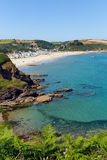 Pentewan strand Cornwall England med turkosblå himmel och havet Royaltyfria Bilder