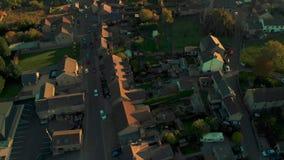 Pentola aerea del fuco sopra un villaggio in distretto di punta - Regno Unito archivi video