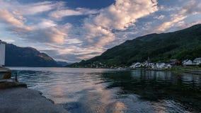 Pentola al rallentatore del tramonto in Mindresunde Norvegia di campeggio archivi video