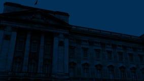 Pentola attraverso il Buckingham Palace alla notte stock footage