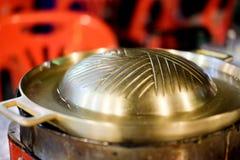 Pentola d'ottone vuota del vaso per la cottura della griglia del barbecue Immagine Stock Libera da Diritti