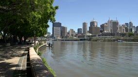 Pentola da passeggiata sui parchi del sud della Banca all'orizzonte di Brisbane archivi video