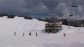 Pentola da un paesaggio del wintersport in Austria stock footage