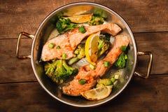 Pentola del salmone e delle verdure Fotografia Stock Libera da Diritti